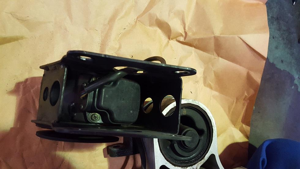 エンジンマウント裏のセンサー ムラーノの画像